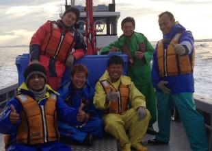 大友水産従業員さんとの集合写真 (左前:リザルさん、右端:ハスブナさん)